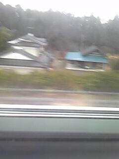 南三陸より 常磐道を通り浪江町 大熊町 を 通過  車窓の風景は 終わらない現実 高速から 見えるのは 倒壊 半壊 した 家   雑草だらけの 畑 除せんの ゴミ 車も走らない 道路 壊れたままの 牛舎 そんな 風景に まだ 終わらない 現実を 突き付けられ いまだに 高い 放射線レベル あれから 4年 まだ 終わってないよ 被災地は バスの後ろの席から涙が 止まらないです